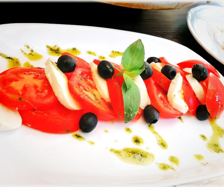 Caprese: mozzarella di bufala, pomodoro, olive,  origano