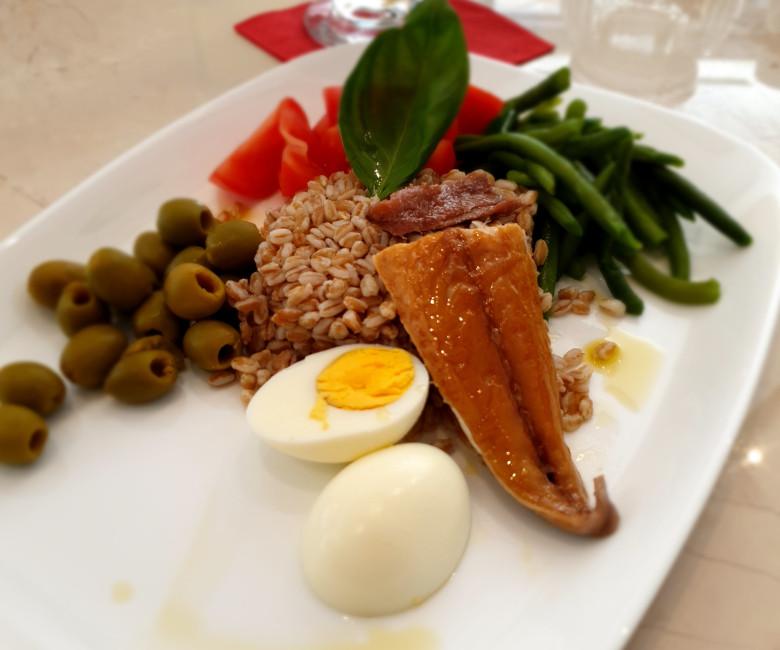 Nizzarda: farro, fagiolini, pomodoro, uovo sodo, sgombro affumicato, olive
